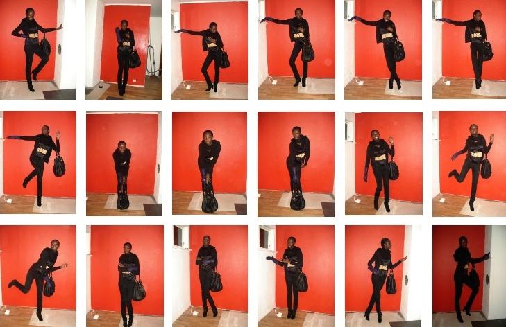 Un mur rouge, une fille, un sac et un gant violet